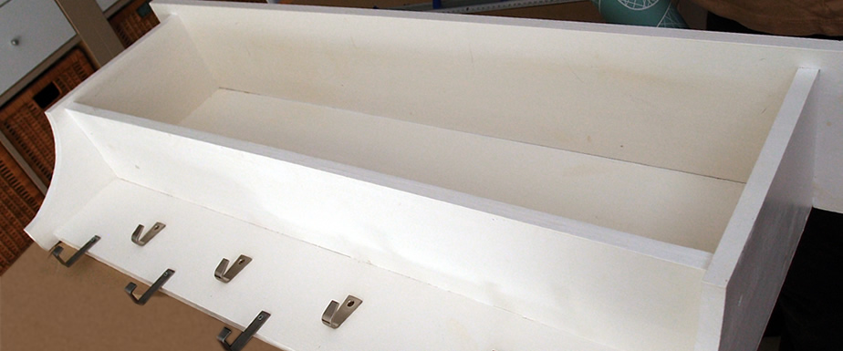 mueble perchero con papel pintado