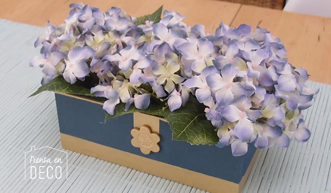 centro de mesa clásico con hortensias en caja de madera pintada