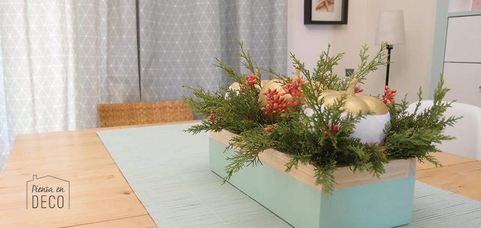 centro de mesa otoñal con calabazas y bayas en caja de madera